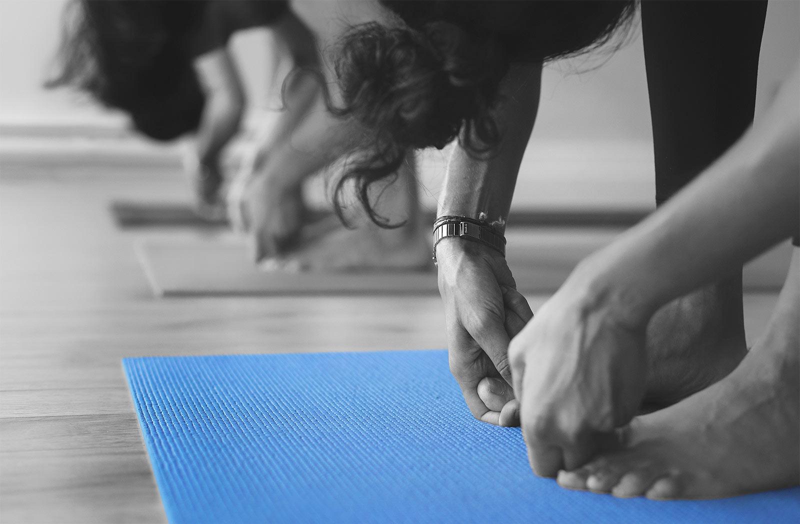 Cours de yoga, tapis bleu